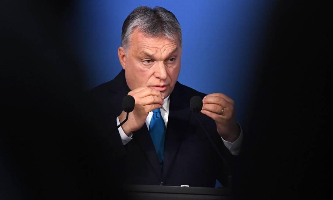 O premier húngaro, Viktor Orbán, em entrevista coletiva a jornalistas Foto: ATTILA KISBENEDEK/AFP