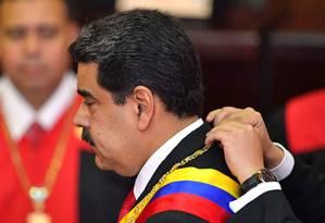 O presidente da Venezuela Nicolás Maduro recebe o cordão com a chave do sarcófago onde estão os restos mortais de Simón Bolívar Foto: YURI CORTEZ / AFP