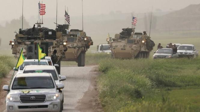Guerreiros curdos guiam um comboio de veículos blindados militares dos EUA Foto: RODI SAID / REUTERS