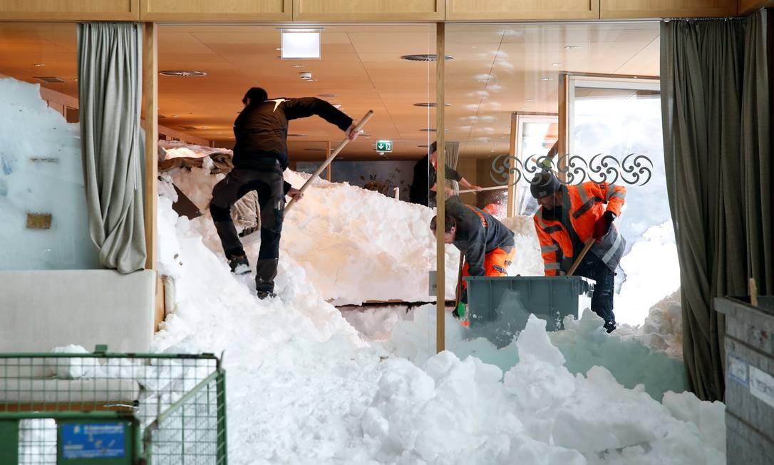 Trabalhadores removem parte da neve que invadiu restaurante na Suíça depois de uma avalanche na montanha Santis-Schwaegalp Foto: ARND WIEGMANN / REUTERS