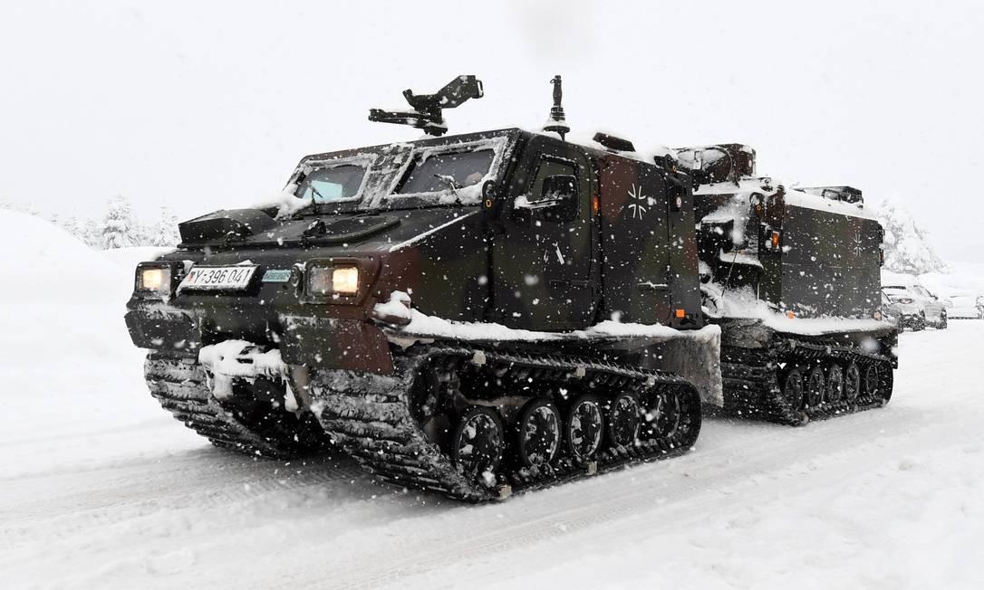 Veículos das Forças Armadas da Alemanha em uma rodovia perto da fronteira com a Áustria TOBIAS HASE / AFP