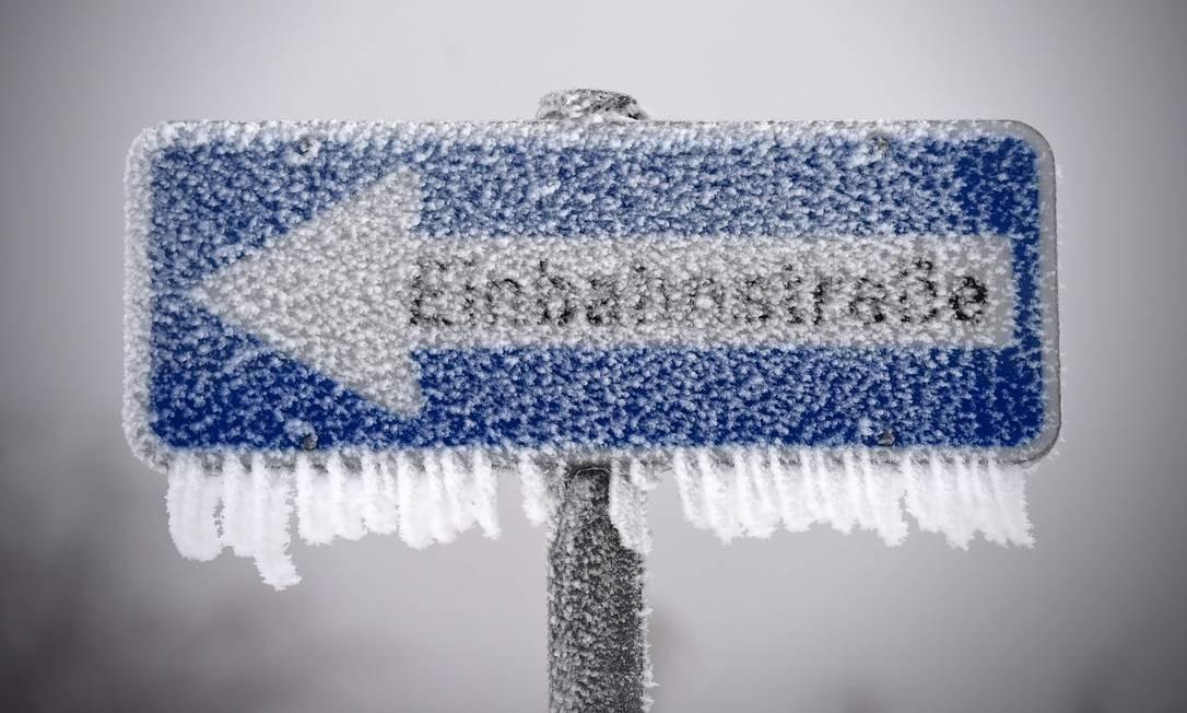 Placa de trânsito ficou congelada em uma estrada alemã na cidade de Fulda UWE ZUCCHI / AFP