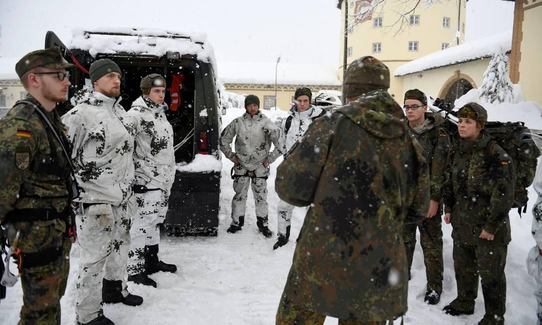 A neve invadiu residências na cidade de Berchtesgaden e soldados alemães foram chamados Foto: ANDREAS GEBERT / REUTERS
