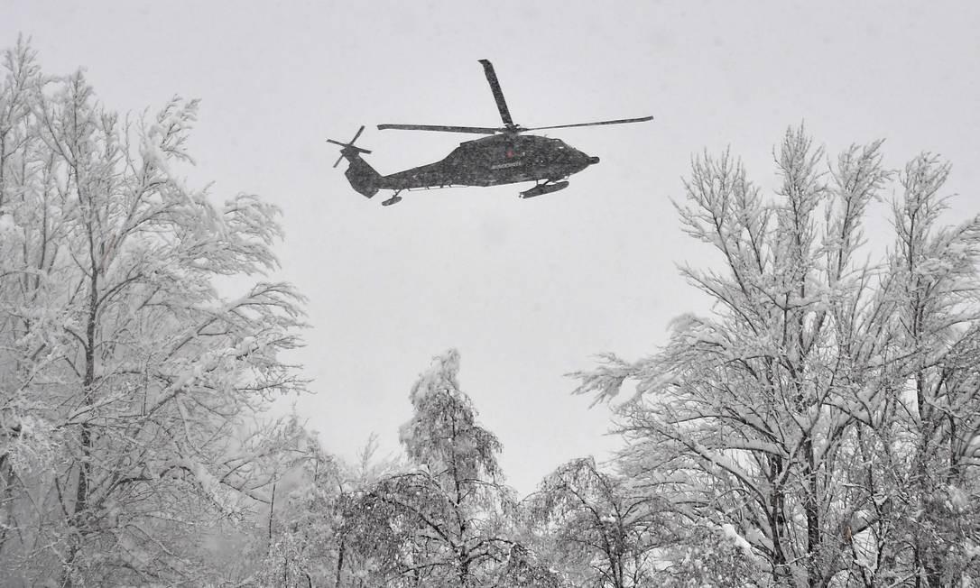 Helicóptero militar monitora a situação na fronteira da Alemanha com a Áustria após nevasca Foto: JOE KLAMAR / AFP