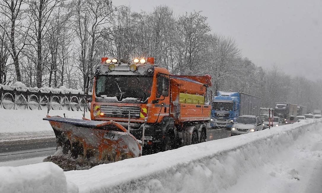Caminhão retira neve de uma estrada perto de Kufstein, na Áustria Foto: JOE KLAMAR / AFP