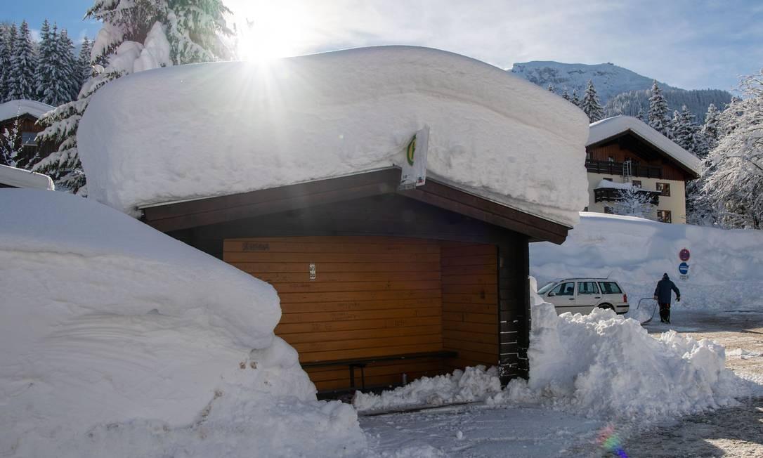 Um ponto de ônibus ficou coberto de neve na cidade de Berchtesgaden, sul da Alemanha LINO MIRGELER / AFP