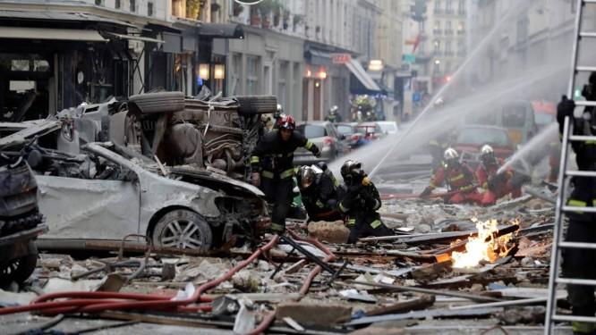 Bombeiros tentam apagar o fogo depois da explosão em uma padaria na esquina das ruas Saint-Cecile e Rue de Trevise, em Paris Foto: THOMAS SAMSON / AFP