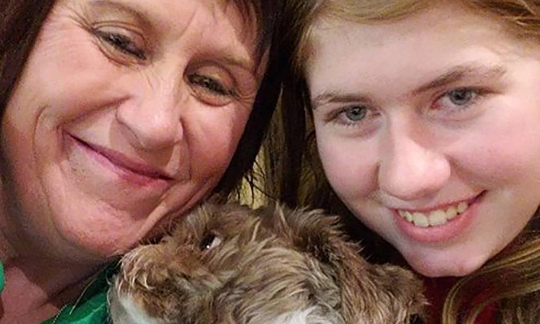 Jayme Closs (direita), de 13 anos, já reunida com sua tia e madrinha, Jennifer Smith e com sua cadela de estimação, Molly, logo após a adolescente ser reunia à família em 11 de janeiro Foto: Acervo familiar / AFP