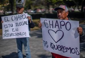Diante do Ministério de Relações Exteriores no México, pessoas manifestam apoio ao traficante El Chapo, em julgamento nos EUA Foto: PEDRO PARDO/AFP/10-1-19