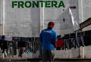 Imigrante centro-americano, que viajou em caravana rumo aos Estados Unidos, em abrigo na fronteira com o México Foto: GUILLERMO ARIAS/AFP/11-1-19