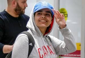 Rahaf Mohamed al-Qununchega desembarca no aeroporto de Toronto Foto: Carlos Osorio / REUTERS