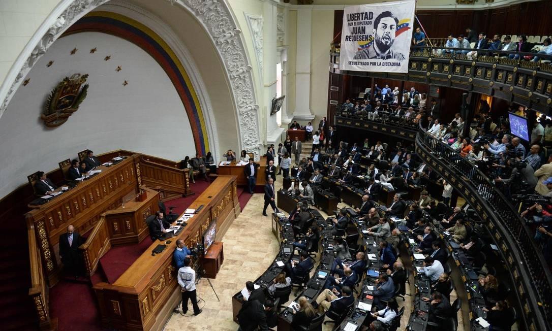O presidente da Assembleia Nacional da Venezuela Juan Guaido fala em sessão nesta terça-feira no Palácio Legislativo Federal em Caracas Foto: FEDERICO PARRA / AFP