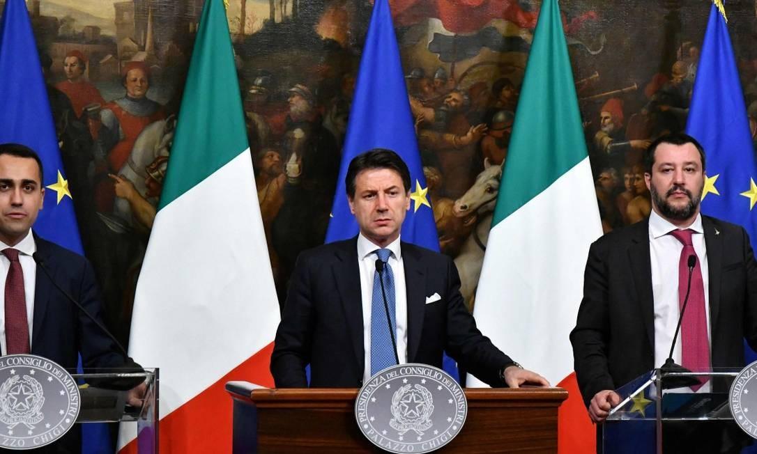 O vice primeiro-ministro Luigi Di Maio, o primeiro-ministro Giuseppe Conte e o vice-primeiro ministro italianos Matteo Salvini Foto: ALBERTO PIZZOLI / AFP