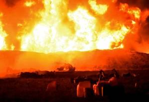 Explosão fez uma enorme labareda de fogo subir por todo o oleoduto, em uma cidade ao norte da capital do México Foto: Francisco Villeda / AFP
