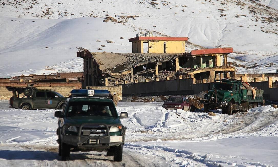 Veículo militar afegão perto do complexo militar onde carro-bomba do Taliban matou mais de 100 pessoas Foto: STR / AFP