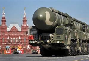 Um veículo militar transporta um míssil Topol-M durante uma parada militar em Moscou, no dia 9 de maio de 2010 Foto: REUTERS/Sergei Karpukhin