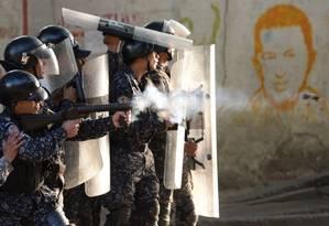 Agentes das Forças Armadas entram em confronto com civis em protesto nos arredores de Caracas Foto: FEDERICO PARRA/AFP