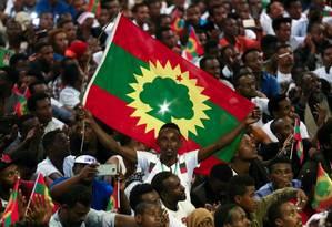 Homem exibe bandeira da Frente de Libertação Oromo, celebrando o retorno de Jawar Mohammed, ativista da etnia oromo, do Sul da Etiópia Foto: Tiksa Negeri/REUTERS