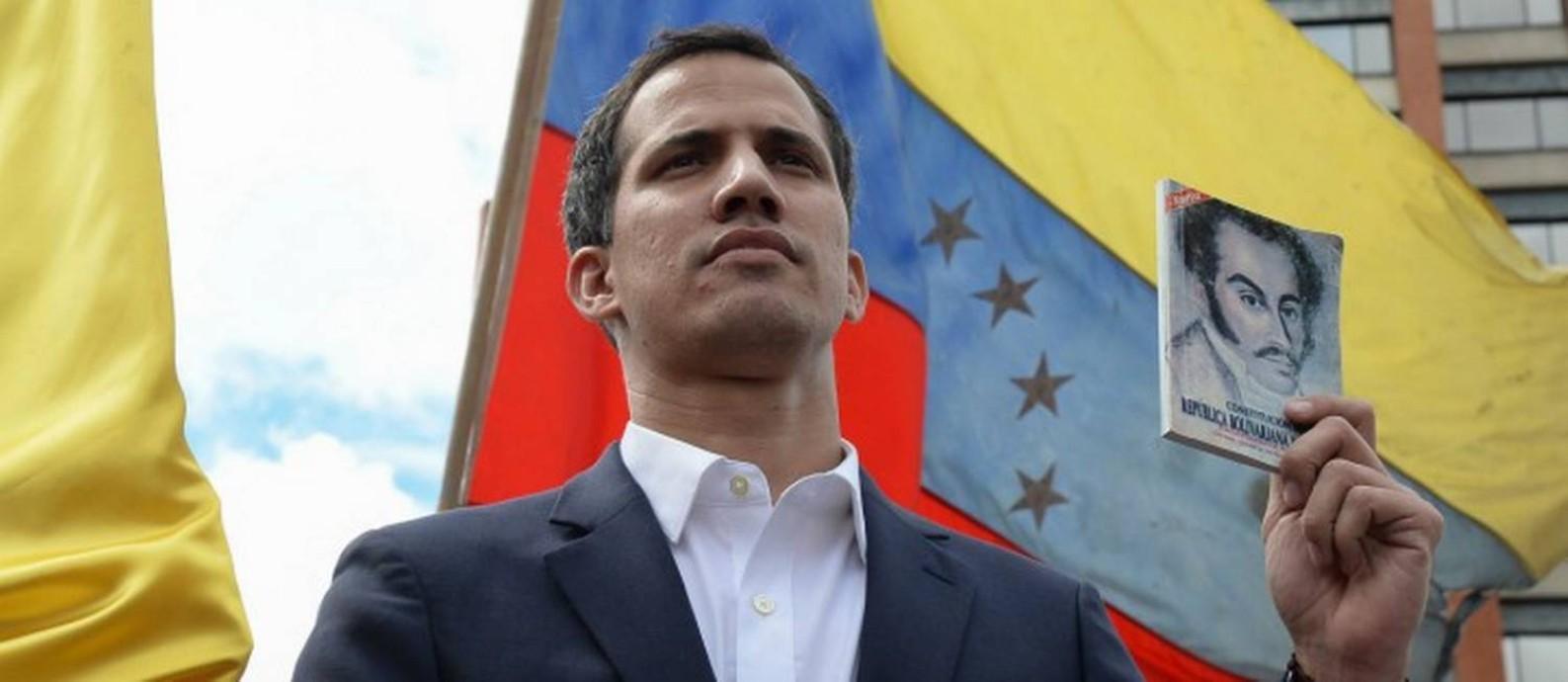 Juan Guaidó faz juramento como presidente interino da Venezuela nesta quarta-feira, em Caracas Foto: FEDERICO PARRA / AFP