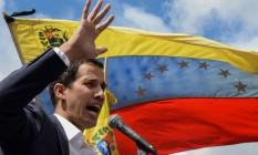 Juan Guaidó, líder do Parlamento, ao se proclamar presidente interino da Venezuela, nesta quarta-feira Foto: FEDERICO PARRA/AFP