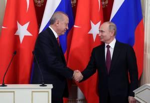 O presidente turco Tayyip Erdogan e o seu equivalente russo Vladimir Putin aperam as mãos após uma coletiva de imprensa no Kremlin em Moscou Foto: SPUTNIK / REUTERS