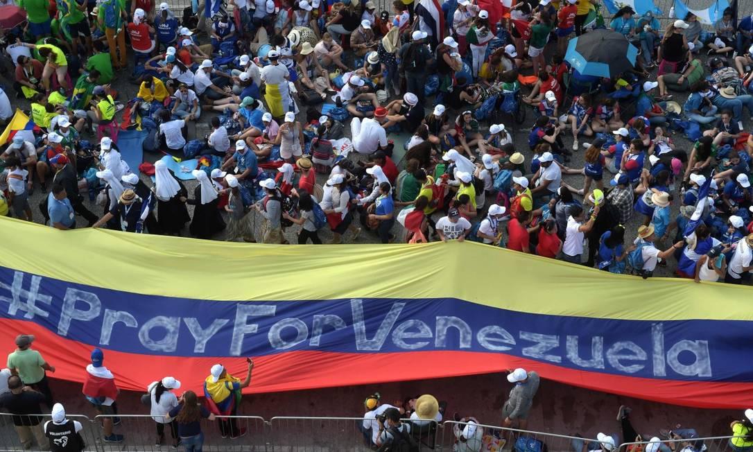 Manifestantes carregam faixa com as cores da bandeira da Venezuela Foto: RAUL ARBOLEDA/AFP