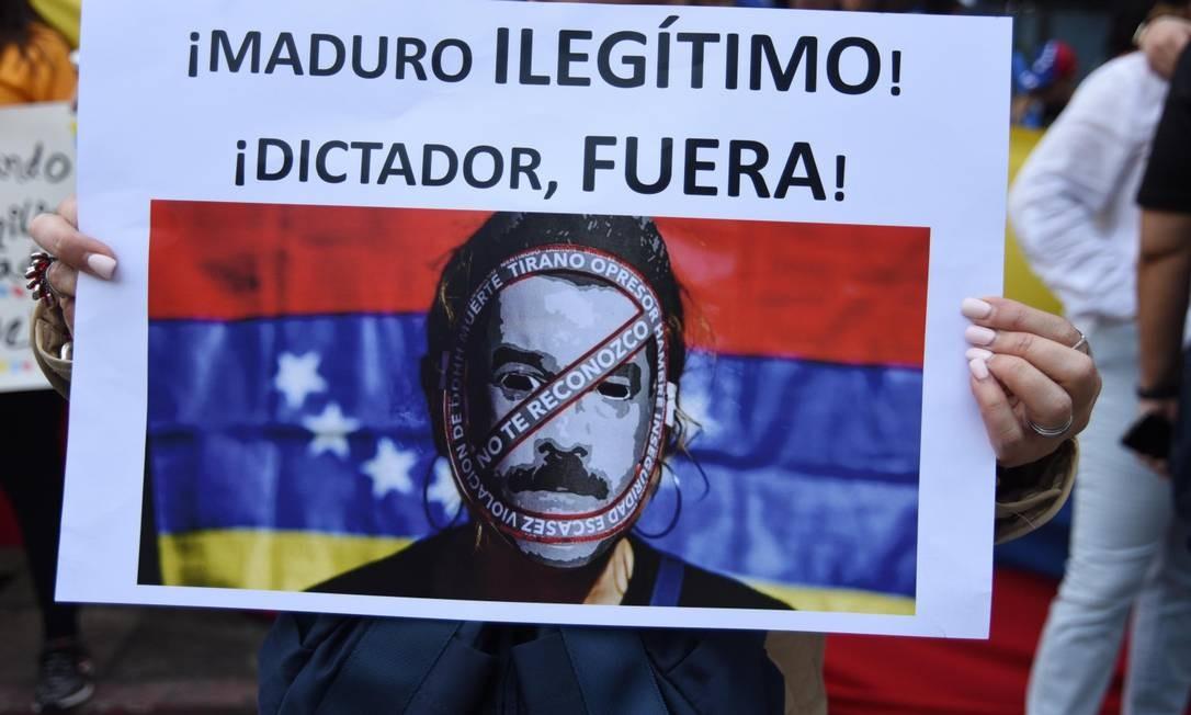 Um cartaz em protesto contra Maduro na Cidade da Guatemala Foto: ORLANDO ESTRADA / AFP