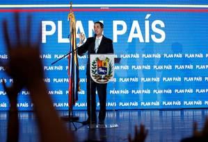 O autoproclamado presidente interino Juan Guaidó apresenta o chamado