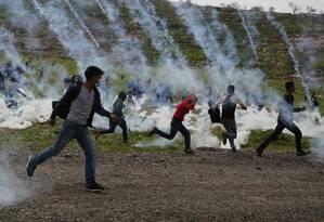 Manifestantes palestinos correm de bombas de gás lacrimogêneo lançadas por soldados israelenses durante um protesto contra as colônias de Israel perto de Ramallah, na Cisjordânia (Photo by ABBAS MOMANI / AFP) Foto: ABBAS MOMANI / AFP
