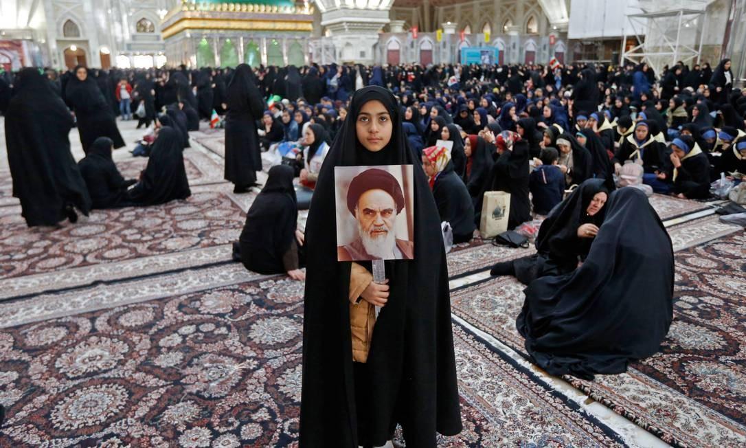 A Revolução Islâmica afetou profundamente a vida das mulheres. Ao mesmo tempo em que foram submetida a leis que lhes negam direitos iguais aos dos homens, sobretudo na vida familiar, seu acesso à educação, incluindo superior, aumentou exponencialmente. Há mais mulheres do que homens nas universidades iranianas Foto: STR / AFP