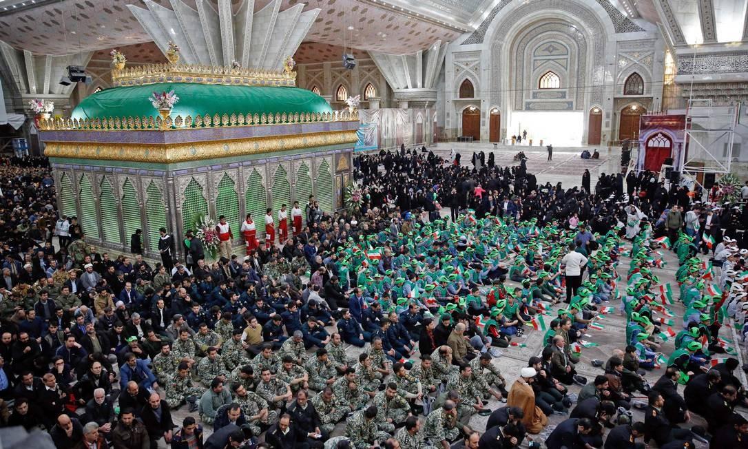 Multidão sob as colunas imponentes do mausoléu a Khomeini, que voltou ao país do exílio na França em 1º de fevereiro; em 16 de fevereiro, o xá fugiu para o exílio, no qual morreu em 1980, no Cairo Foto: STR / AFP