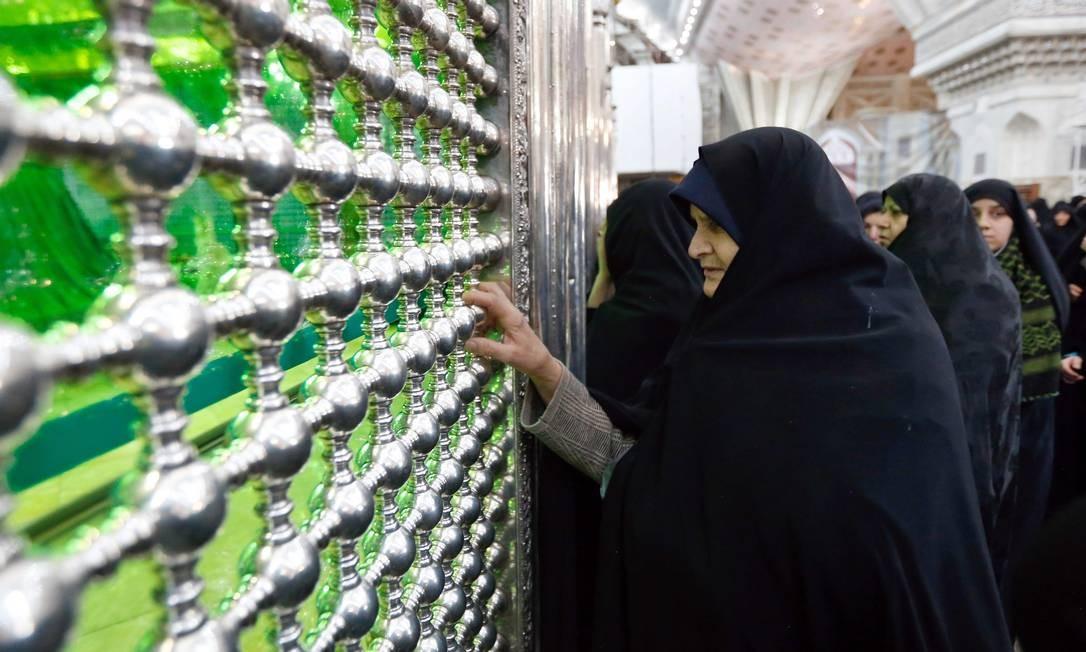 Mulheres no mausoléu a Khomeini, que afirmou violentamente seu poder sobre vários outros grupos que lutaram contra o xá, incluindo liberais e comunistas. A revolução ao mesmo tempo islâmica e republicana inaugurou um novo modelo de regime no Oriente Médio, e também aprofundou a divisão entre as vertentes do Islã sunita, majoritário na região, e xiita, seguida pela maioria dos iranianos e iraquianos Foto: STR / AFP