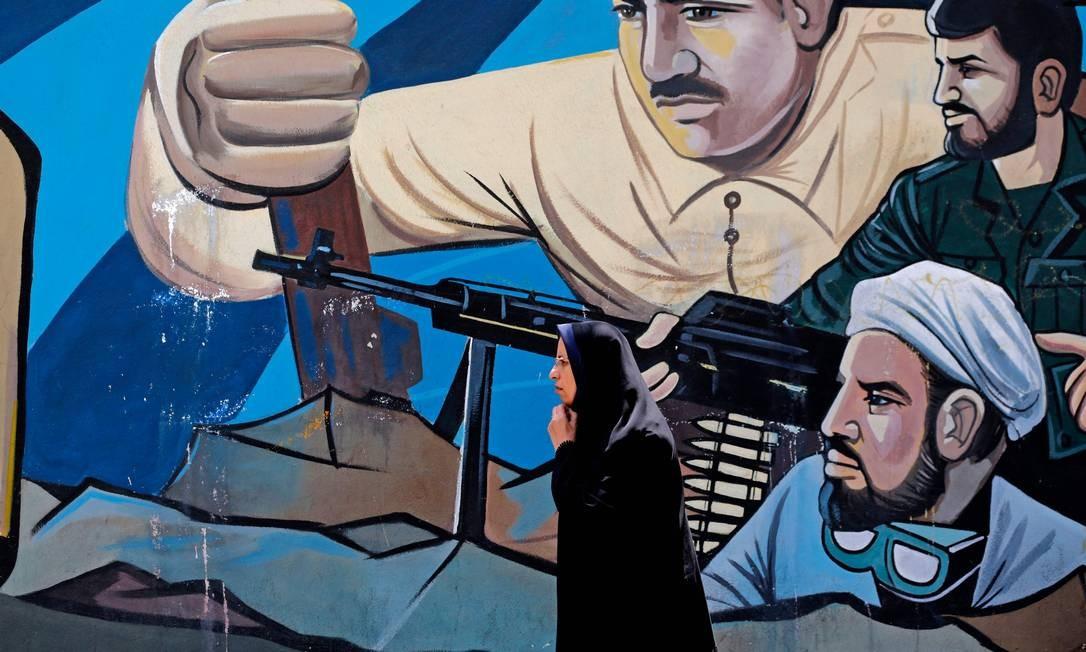 Hoje as mulheres iranianas administram empresas, possuem propriedades, dirigem carros e desempenham um papel importante na política; na foto, uma mulher na Praça da Palestina, em Teerã Foto: ATTA KENARE / AFP/24-7-2018