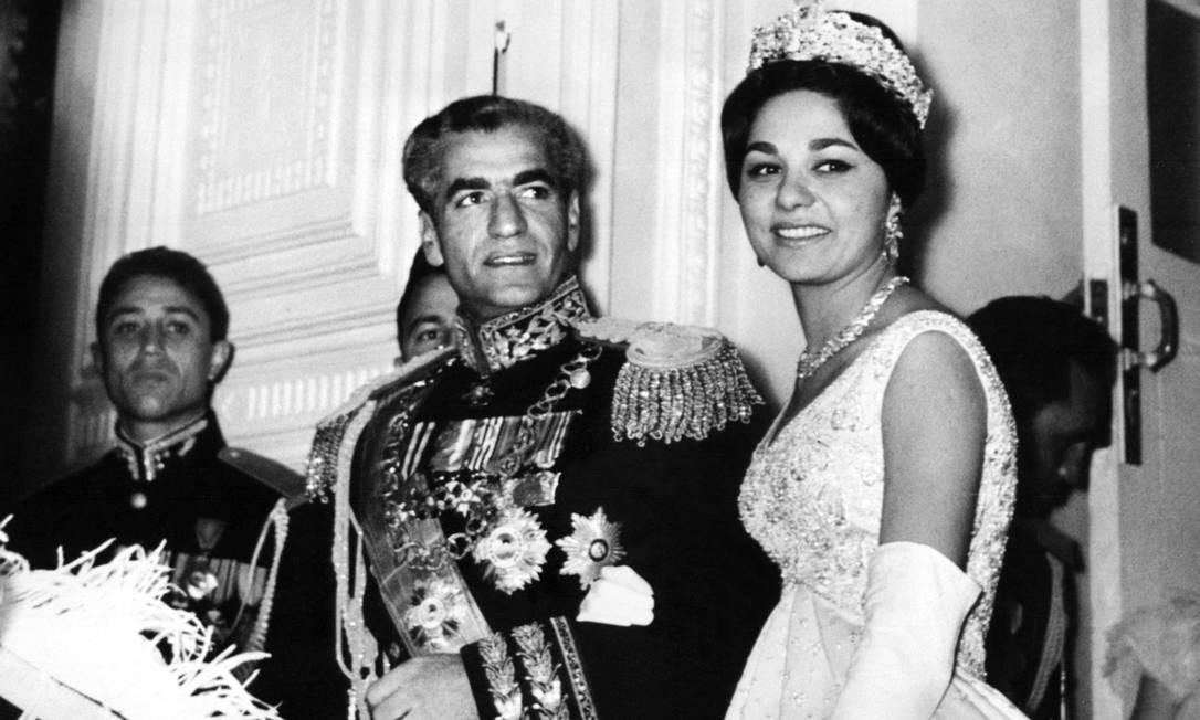 O xá Reza Pahlavi com a mulher, a imperatriz Farah Diba, na capital Teerã, em 1959. A dinastia impôs costumes laicos no país e proibiu o uso do véu islâmico pelas mulheres. Com a revolução de 1979, o véu se tornou obrigatório Foto: - / AFP
