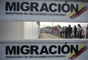 Um grupo de pessoas cruza a fronteira venezuelana com a Colômbia em Cúcuta: crise já fez três milhões saírem desde 2015, diz a ONU Foto: RAUL ARBOLEDA/AFP/