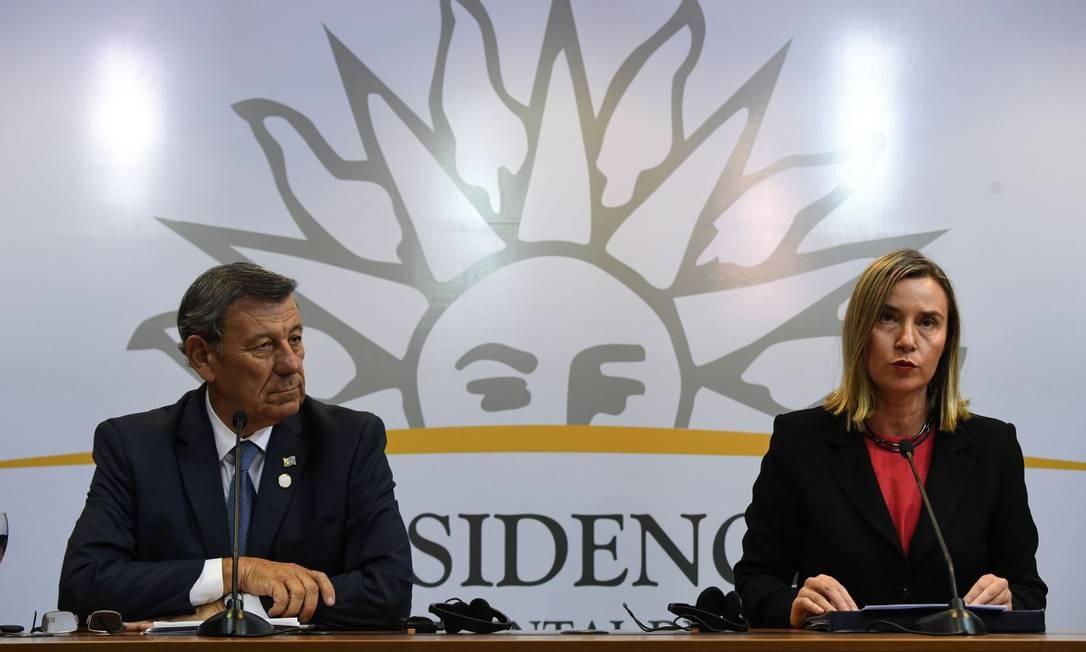 O ministro das Relações Exteriores do Uruguai, Rodolfo Nin Novoa, e a diplomata chefe da UE, Federica Mogherini, em reunião em Montevidéu Foto: PABLO PORCIUNCULA/AFP