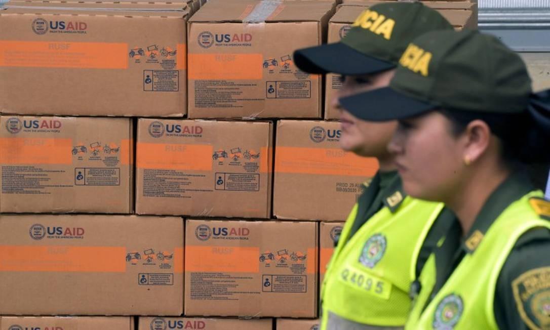 Policiais colombianas diante de caixas com ajuda humanitária enviada pelos EUA para a Venezuela: estoques estão em Cúcuta, na Colômbia Foto: RAUL ARBOLEDA/AFP/8-2-2019