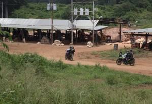 Policiais chegam em motocicletas a uma área de extração de ouro em El Callao: 300 mil garimpeiros trabalham em campos no Sul da Venezuela Foto: REUTERS/8-8-2018
