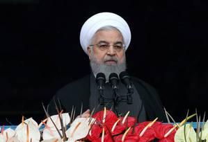 O presidente iraniano, Hassan Rouhani, discursa para milhares de pessoas em Teerã Foto: REUTERS