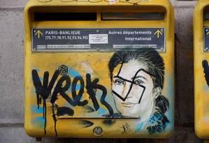 Um caixa de correio com o rosto da política francesa Simone Veil, que foi alvo de vandalismo antissemita em Paris Foto: BENOIT TESSIER / REUTERS 12-02-19
