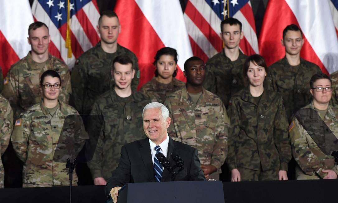 O vice-presidente americano Mike Pence discursa em instalações militares em Varsóvia, durante visita de três dias a Polônia Foto: JANEK SKARZYNSKI / AFP 13-02-19