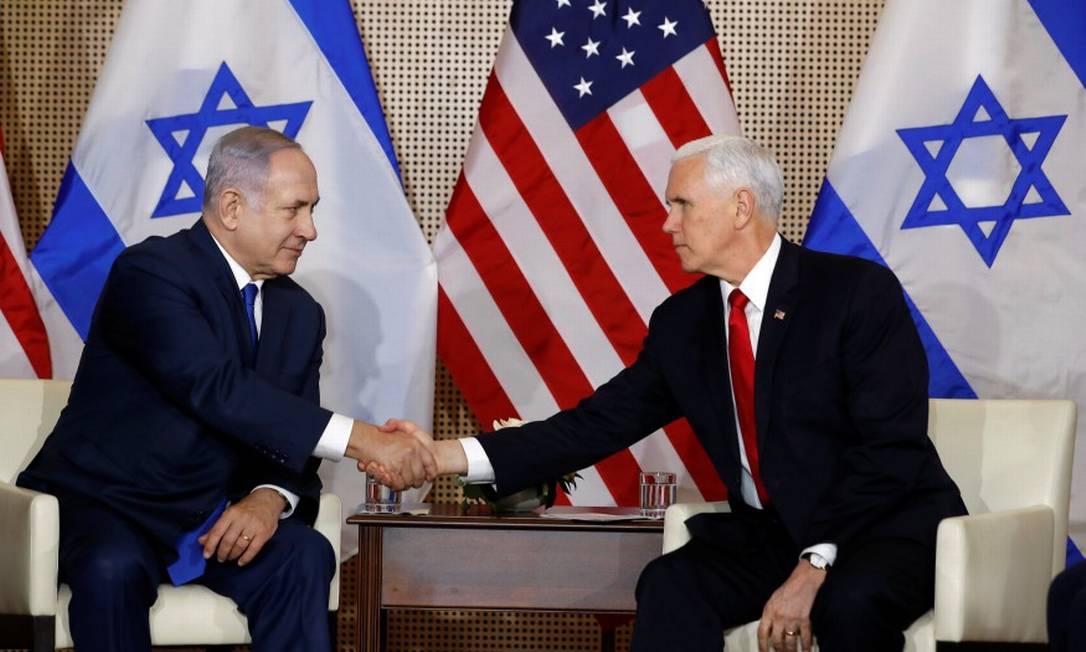 O primeiro-ministro de Israel, Benjamin Netanyahu, e o vice-presidente americano, Mike Pence, apertam as mãos em um encontro em Varsóvia Foto: KACPER PEMPEL / REUTERS
