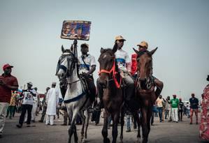 Apoiadores do presidente Muhammadu Buhari, da Nigéria, montam seus cavalos após a manifestação em Abuja Foto: NWAKALOR KENECHUKWU / NYT