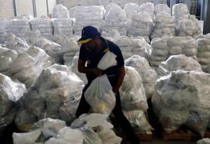 Funcionário trabalha em centro de ajuda humanitária instalado em Cúcuta, na Colômbia, para atender venezuelanos Foto: EDGARD GARRIDO/REUTERS/14-2-2019