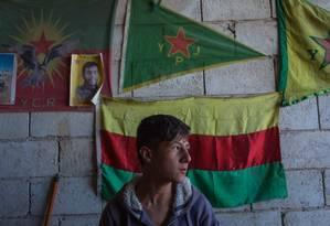 Anwar Ali Bakri, de 15 anos, trabalha em uma borracharia com o tio, a poucos metros do muro que separa a Turquia da Síria. Ele, como muitos jovens dessa região, quer se tornar um combatente do YPG, a milícia curda que segue a mesma ideologia e as mesmas práticas do PKK e que enfrentou o Estado Islâmico Foto: Yan Boechat