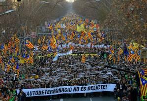 Pessoas carregam faixa onde se lê 'autodeterminação não é crime', em grande protesto em Barcelona Foto: LLUIS GENE / AFP