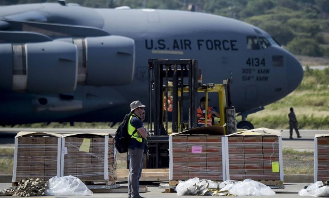 Avião da Força Aérea americana chega a Cúcuta, na Colômbia, com ajuda humanitária para os venezuelanos Foto: RAUL ARBOLEDA/AFP/16-2-2019