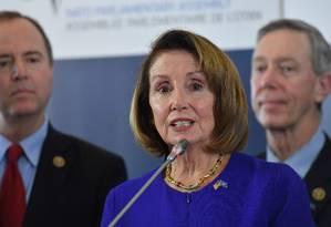 A presidente da Câmara dos EUA, Nancy Pelosi, discursa numa coletiva de imprensa depois de liderar a participação americana em uma assembléia parlamentar da OTAN em Bruxelas Foto: EMMANUEL DUNAND / AFP