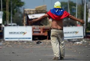 Manifestante na ponte Francisco de Paula Santander em Cúcuta, na Colômbia Foto: RAUL ARBOLEDA / AFP