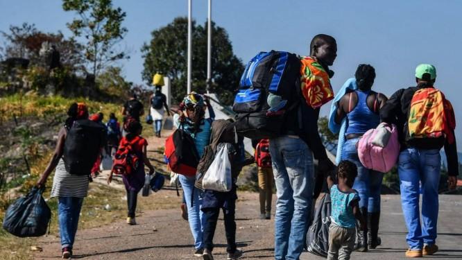 Venezuelanos na região de Pacaraima, em Roraima, a caminho do Brasil Foto: NELSON ALMEIDA / AFP 25-02-19